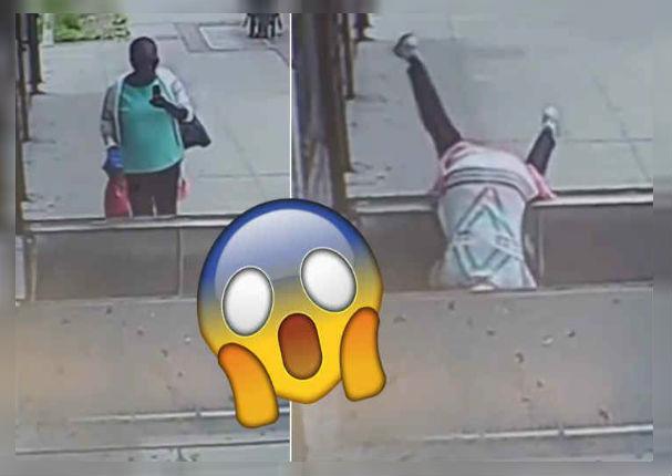 Mujer cae estrepitosamente por responder mensaje en la calle