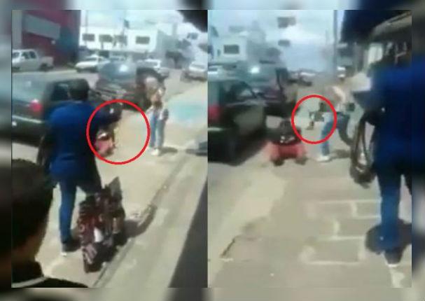 Mujer golpea a hombre infiel y ambulante aprovecha para venderle una correa