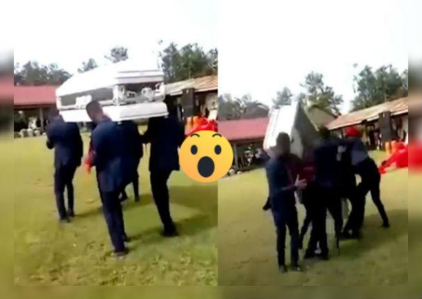 Bailarines hacen caer ataúd 'apropósito' afirmando que es parte de la ceremonia