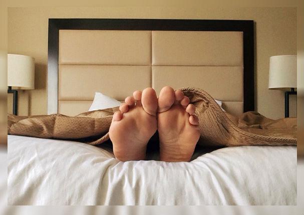 ¿Por qué sacamos los pies fuera de las sábanas para dormir?