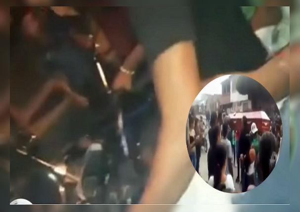 Compañeros despiden a su amigo paseando su cadáver en moto lineal (VIDEO)