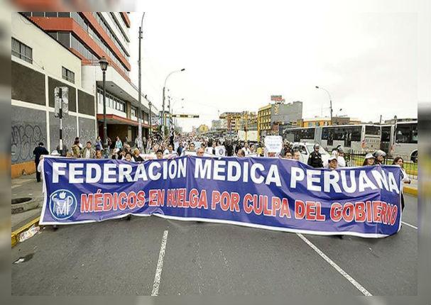 Médicos inician huelga por abastecimiento de equipos y mejora salarial