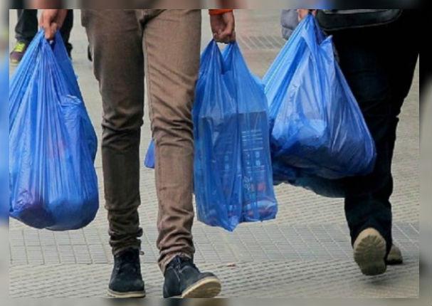 A partir de hoy bodegas y supermercados cobrarán por cada bolsa de plástico