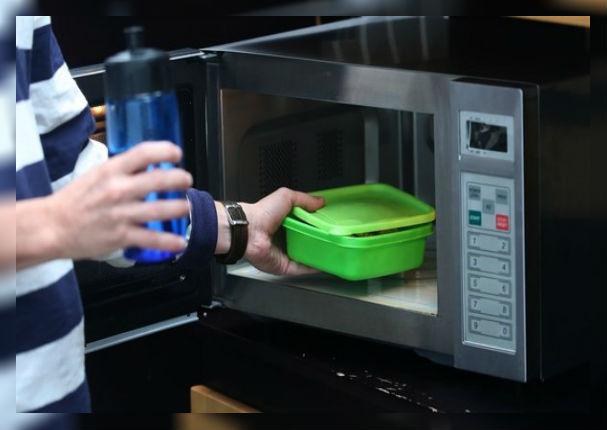 Peligros que esconde el calentar alimentos en microondas con táper de plástico