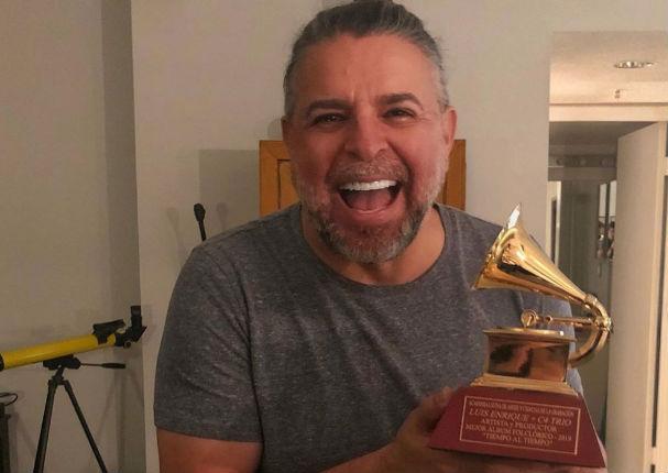 Luis Enrique luce feliz en casa con su Grammy Latino