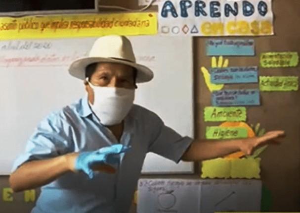 Maestro causa sensación al transformar su sala en un aula de clases