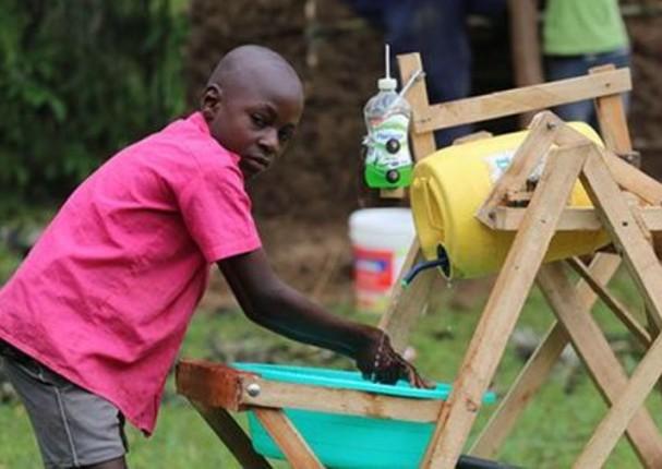 Niño crea novedosa máquina para lavarse las manos