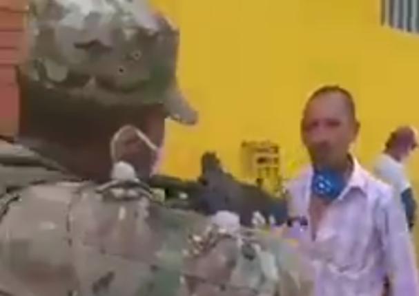 Hombre desafía a militar a dispararle por no usar la mascarilla