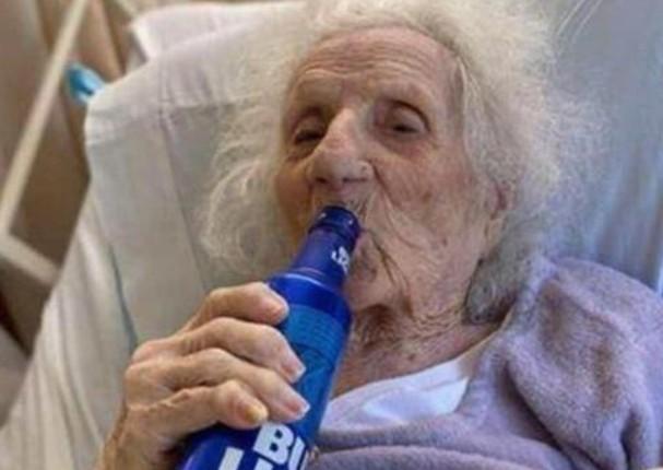 Mujer de 103 años supera el coronavirus y lo celebra tomando una cerveza