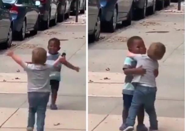 Dos niños enternecen las redes por abrazarse contra el racismo