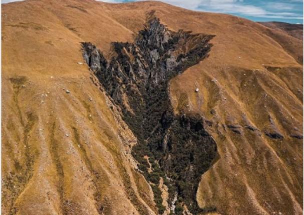Cerro contiene la silueta del mapa del Perú y se vuelve viral