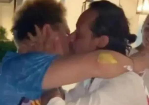 Marc Anthony da beso a otro hombre y genera controversia