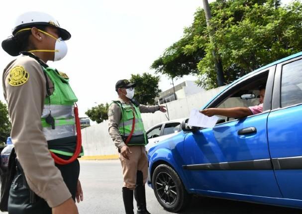 Más de 800 personas fueron multadas por conducir durante el domingo