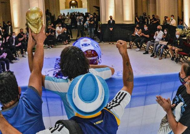 Miles acuden a la Casa Rosada para despedir a Diego Maradona