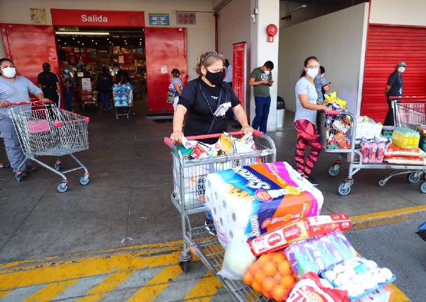 Se forman largas colas en supermercados en Lima tras el anuncio de la cuarentena