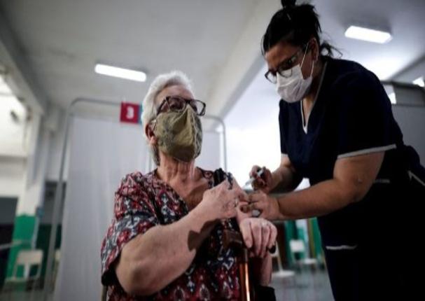 Argentina comenzó a vacunar a los adultos mayores contra la Covid-19