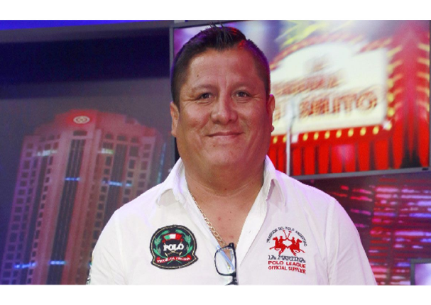 """Robert Muñoz, vocalista de """"Clavito y su chela"""" recibe vacuna contra la Covid-19 en EE.UU."""
