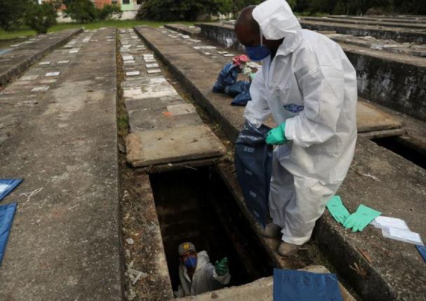 Brasil exhuma tumbas viejas para hacer espacio a muertos por Covid-19