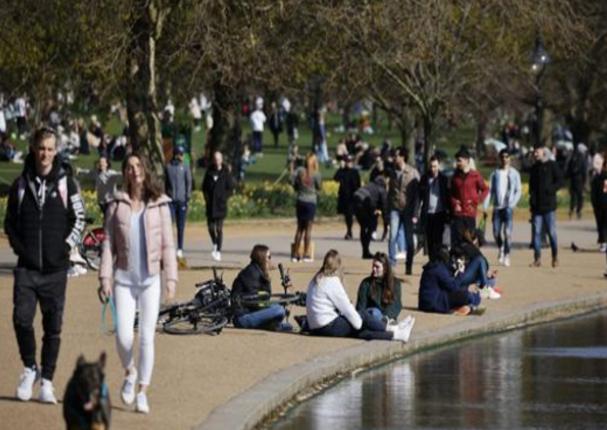 """Reino Unido alcanzaría la """"inmunidad de rebaño"""" para el 12 de abril"""