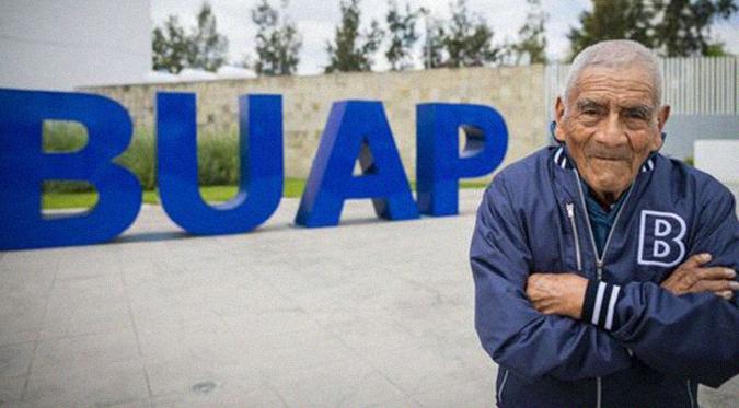 En México vendedor de verduras se graduó de ingeniero a los 84 años
